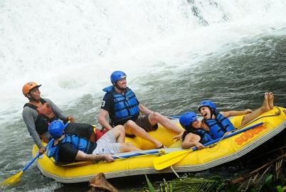 Rafting Dengan Arung Jeram yang Ekstrim di Sungai Telaga Waja